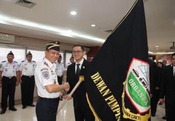 Menteri Perhubungan Ignasius Jonan memberikan Bendera Pataka sebagai tanda pengukuhan Andre Djokosoetono sebagai Ketua Umum Dewan Pimpinan Pusat (DPP) Organda Periode 2015-2020 bertempat Kantor Kementerian Perhubungan Republik Indonesia, Jakarta pada Kamis, 9 Juli 2015.