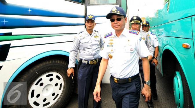 030017600_1436537109-20150710-Menhub-Sidak-Terminal-Kp.Rambutan-Jakarta-Ignasius-Jonan-05